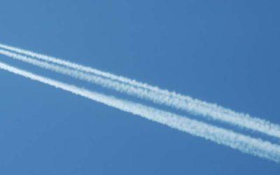 les-trainees-de-condensation-sont-des-nuages-artificiels-produits-par-la-condensation-emise-par-les-moteurs-davions-andre-karwath-wikimedia-commons-cc-by-sa-3-0