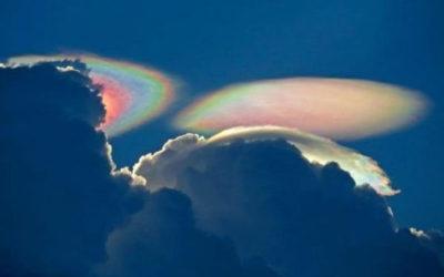 de-superbes-nuages-multicolores-observes