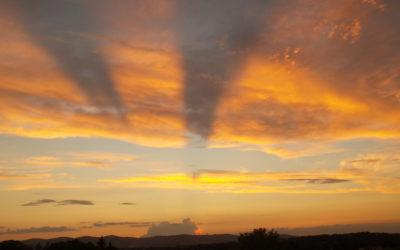 Rayons anti crépusculaires au coucher du soleil / Lionnel Guyonnet
