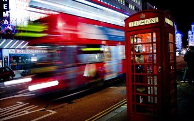 flou-cinetique-du-bus-londonien-en-mouvement-et-image-nette-de-la-scene-realises-avec-un-appareil-photo-fixe