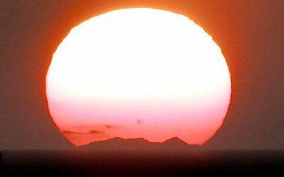 Le Mont Canigou vu depuis La Ciotat (environ de Marseille) le 24.10.2001 par l'Association Marseillaise d'astronomie ( habituellement invisible )